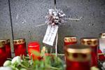 Der Brunnen auf dem Westerburger Marktplatz hat sich zur Gedenkstelle für die Westerwälder Opfer des Flugzeugabsturzes entwickelt. Viele Menschen legen dort Blumen nieder und stellen Kerzen auf.  Foto: Sascha Ditscher