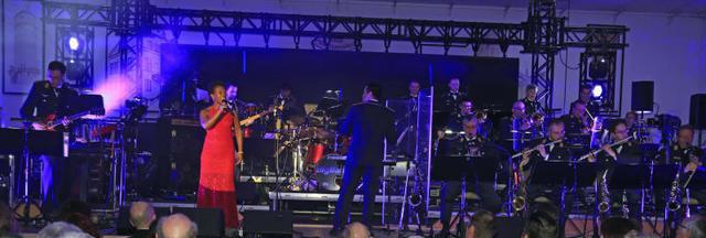 Das Konzert der Big Band der Bundeswehr unter der Leitung von Timor Oliver Chadik bot den Zuhörern in der ausverkauften Stadthalle von Münstermaifeld ein kulturelles Glanzlicht.  Foto: Elvira Bell