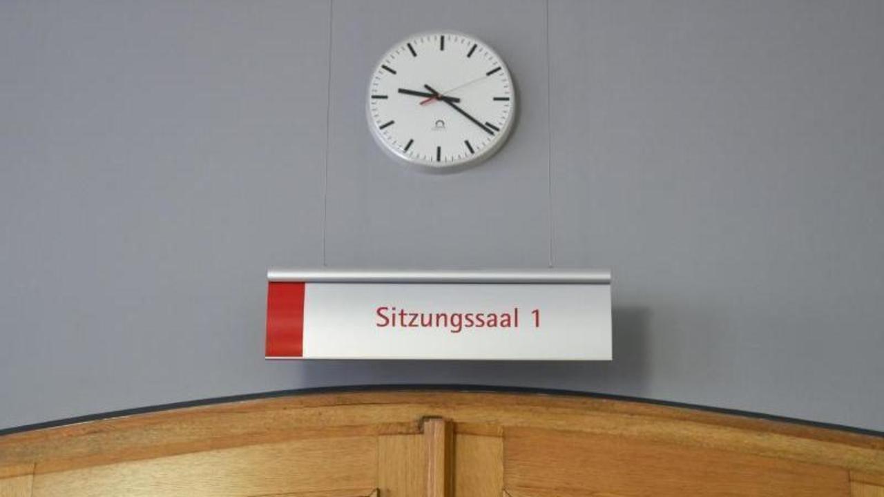 1690502 1 socialmedia der eingang zum sitzungssaal 1 im landgericht in frankenthal foto uwe anspach archiv