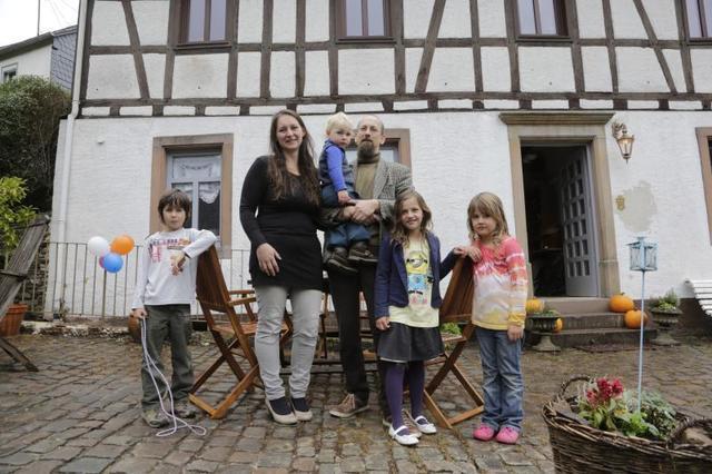 Das Ehepaar Flick und ihre vier Kinder vor der renovierten ehemaligen Eisenhütte Fotos: Reiner Drumm