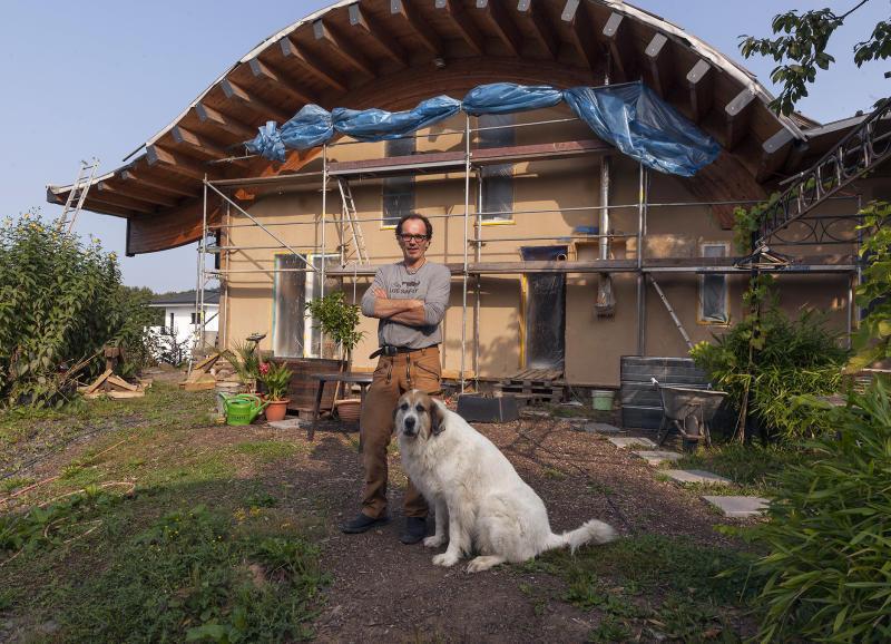 Seit 2012 Arbeiten Marco Paul Wingenbach Und Seine Frau Sabine An Einem  Sogenannten Strohballenhaus, Einem