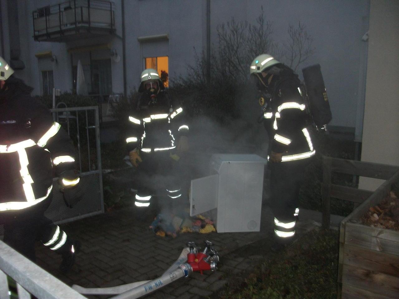 Feuerwehr im einsatz: trockner brannte in der waschküche einer