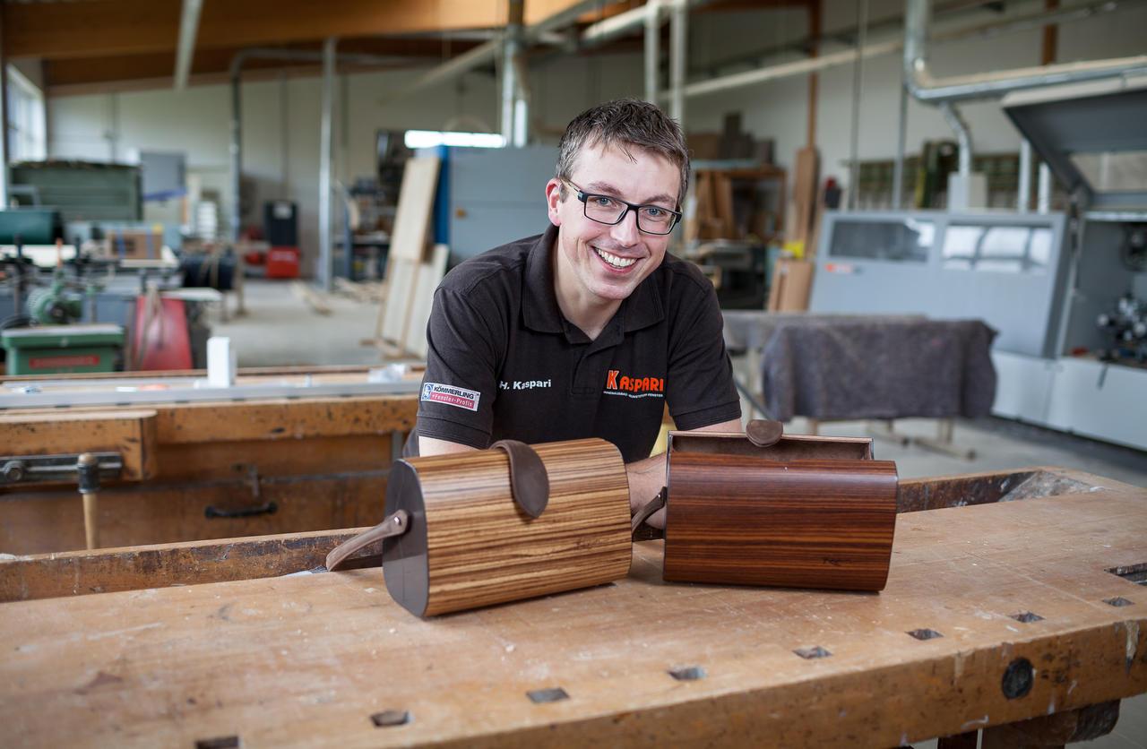 Am Anfang war die Schnapsidee: Schreiner macht Handtaschen aus Holz ...