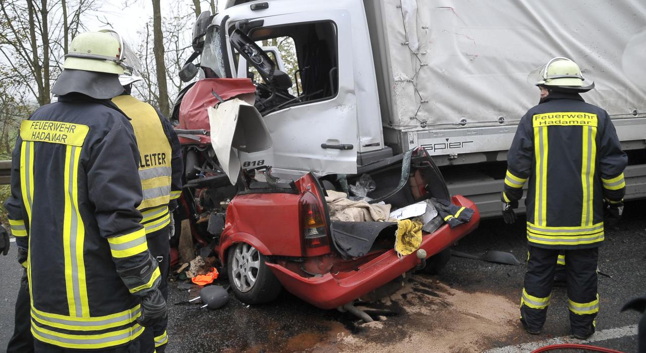 Mit Pkw gegen Lkw geprallt: 84-Jährige stirbt bei Unfall auf der B54 ...