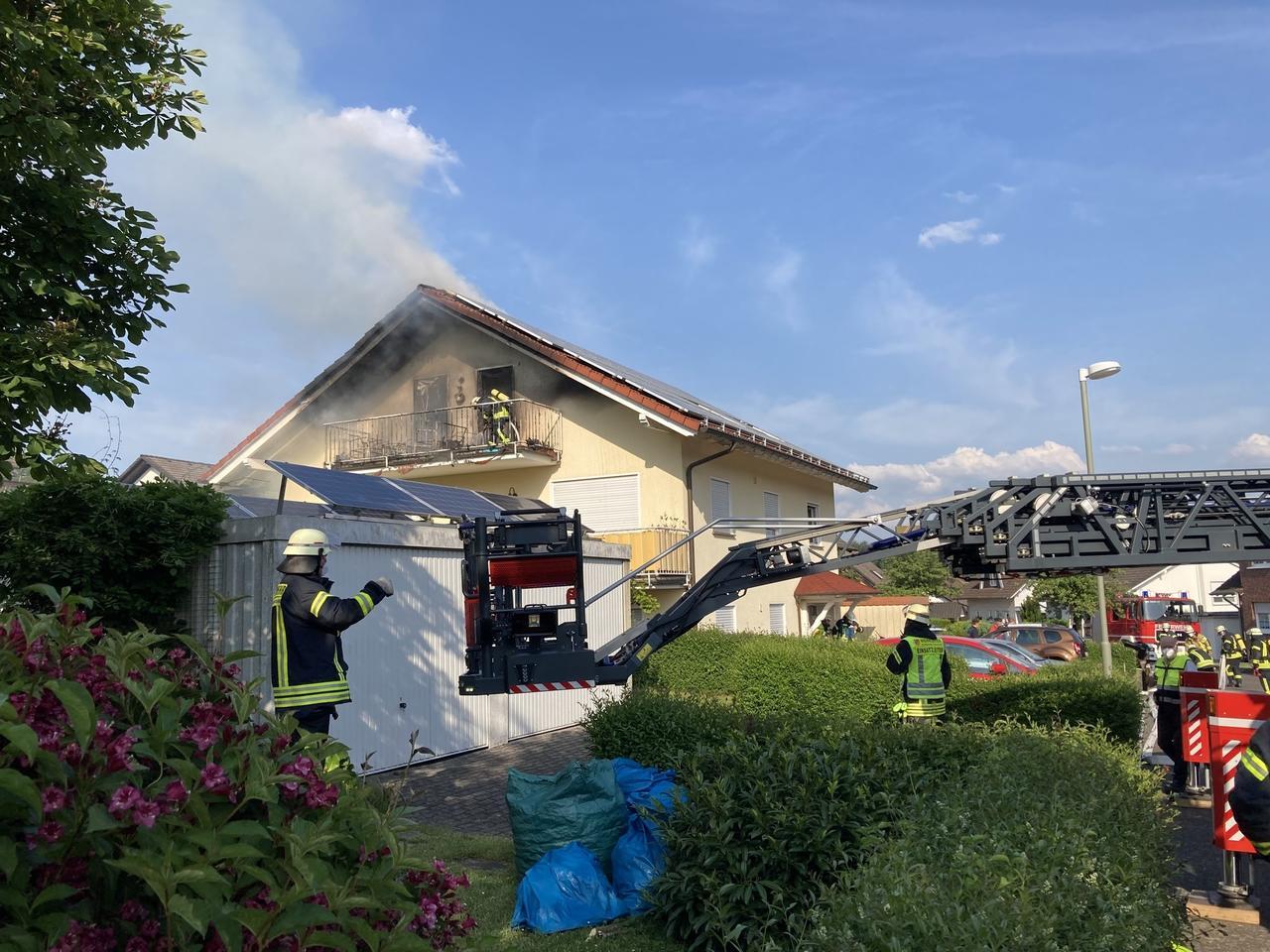 Feuerwehr löscht Dachstuhlbrand in Honneroth: Bewohner unverletzt