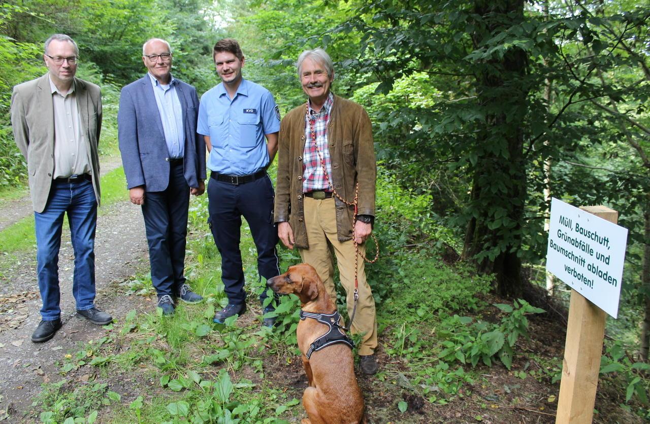 Kommunen und Waldbesitzer appellieren: Darum haben Grünabfälle nichts im Wald verloren